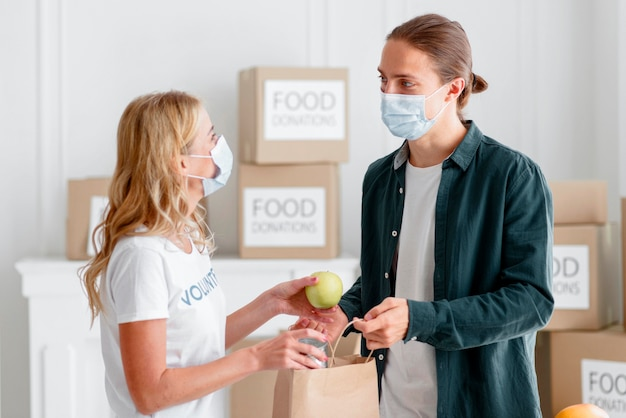 Voluntarios entregando donaciones para el día de la comida.