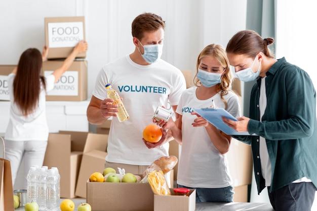 Voluntarios que ayudan con donaciones para el día mundial de la alimentación