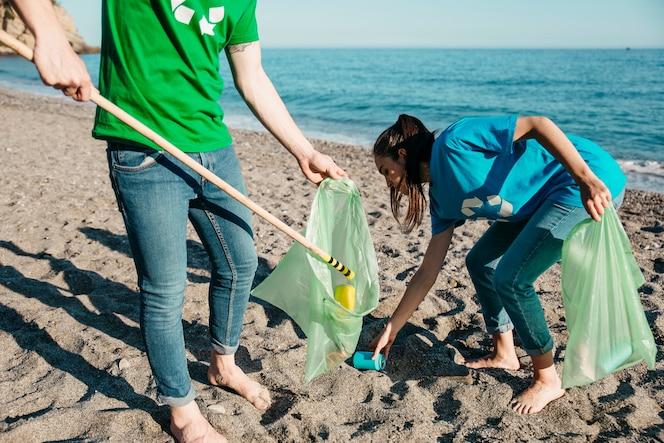 Voluntarios recogiendo basura en la playa