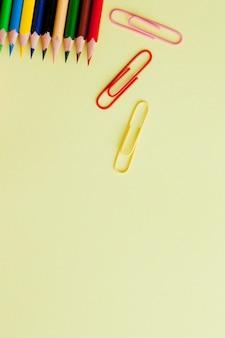 Volver al concepto de escuela con espacio para texto. copia espacio útiles escolares de oficina. escritorio creativo con papelería colorida.