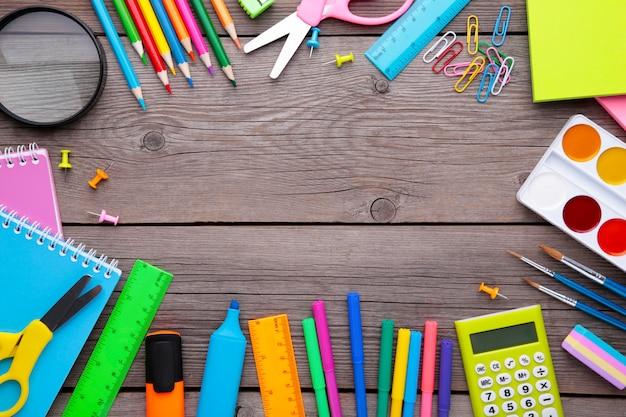 Volver al concepto de escuela sobre fondo de madera gris