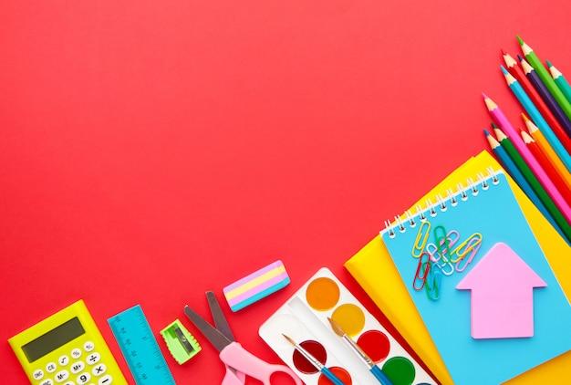Volver al concepto de escuela sobre fondo rojo. vista superior