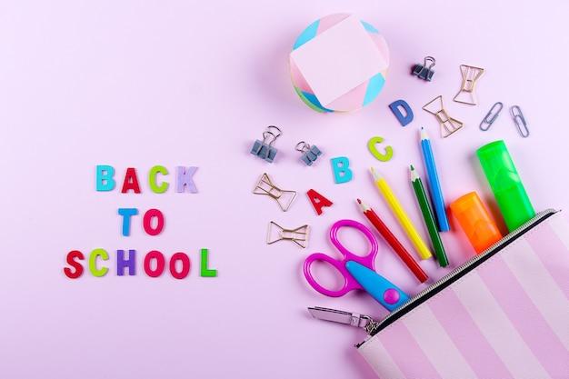 Volver al concepto de escuela. útiles escolares en estuche.