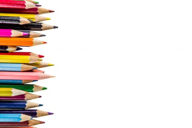 Volver a la escuela concepto lápices de colores aislados sobre fondo blanco.