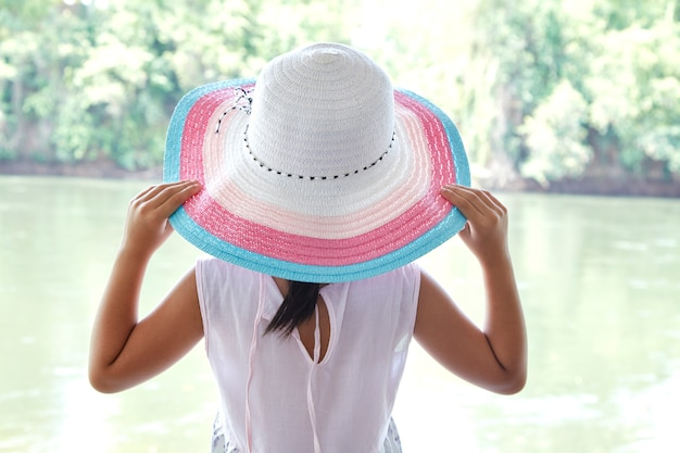 Volver niña asiática al aire libre en verano