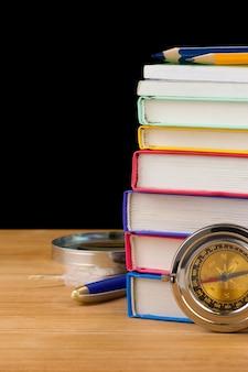 Volver a útiles escolares aislados sobre fondo negro