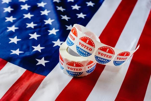 Voto hoy el rollo de stickers, en las elecciones de estados unidos sobre bandera estadounidense.