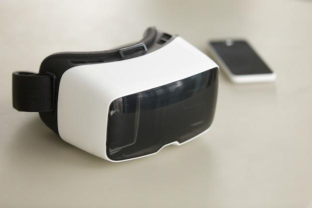 Vr auricular y teléfono inteligente en escritorio, tecnología móvil de realidad virtual