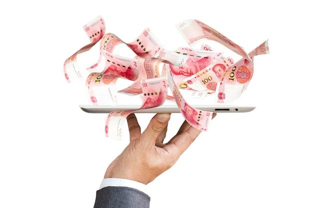 Vuelo de billetes de china yuan en mano con teléfono inteligente