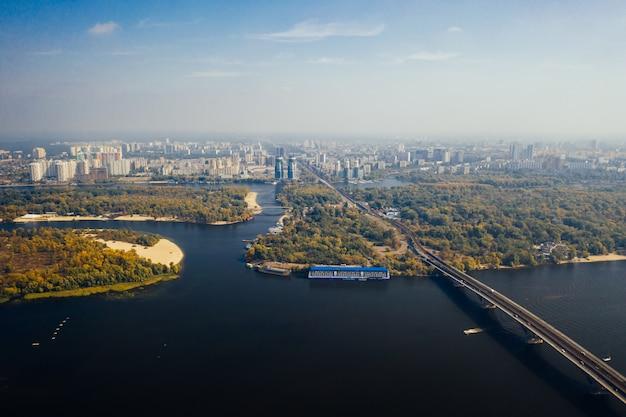 Vuelo sobre el puente en kiev. fotografía aérea