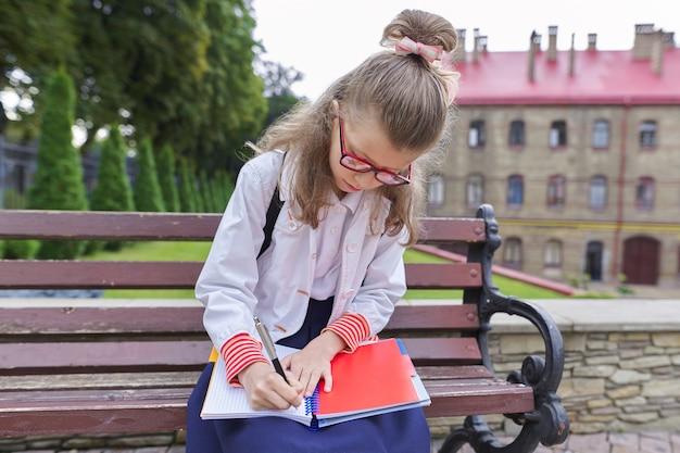 De vuelta a la escuela. retrato al aire libre de hermosa chica rubia