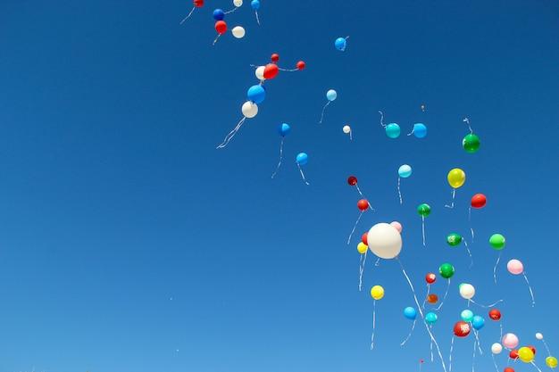 De vuelta a la escuela. septiembre, 1. celebración de un nuevo año escolar en rusia. brillantes globos en el cielo.