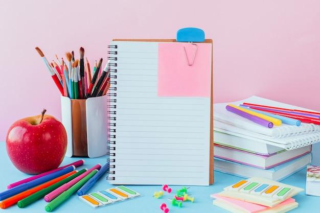 De vuelta en la escuela, el trabajo, el lugar de trabajo de una papelería escolar, cuadernos en azul