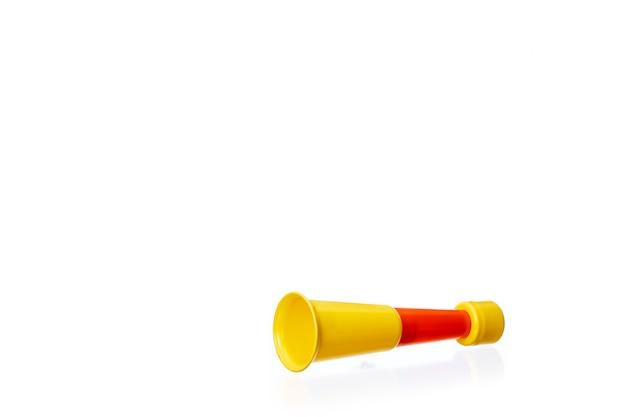 Vuvuzela trompeta de apoyo de fútbol amarillo alterno rojo amarillo sobre un fondo blanco.