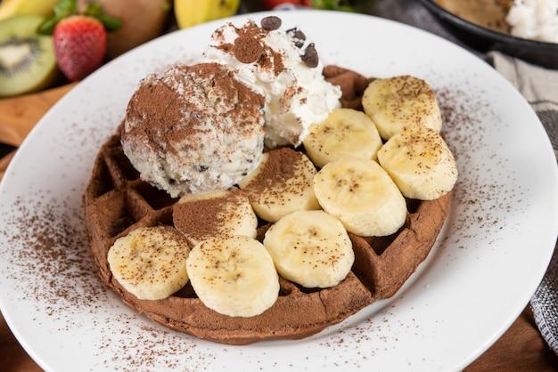Waffle con helado y plátano