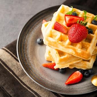 Waffles de alto ángulo con fresas y arándanos