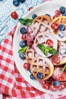 Waffles con bayas frescas sobre la mesa