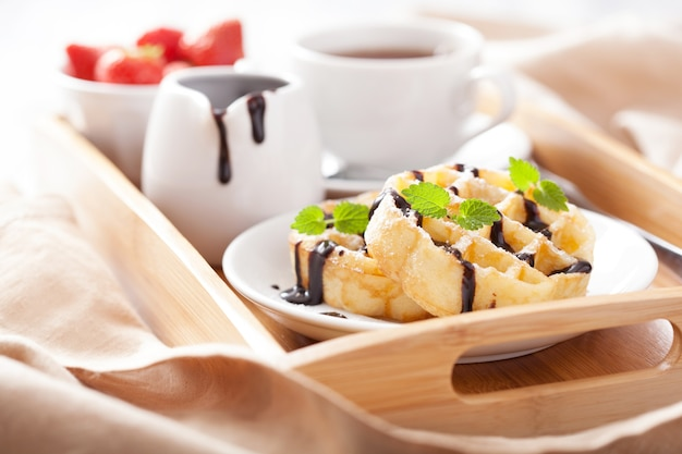 Waffles belgas con chocolate y azúcar glass para el desayuno