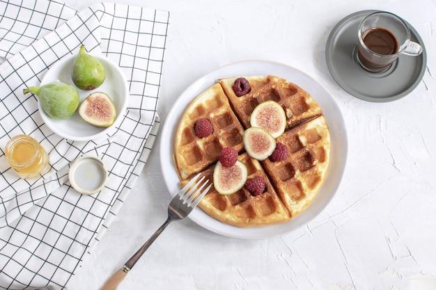 Waffles belgas higos frambuesas miel café expreso