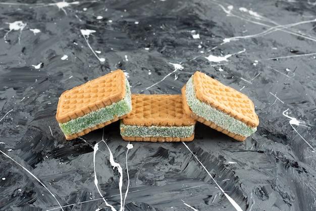 Waffles belgas recién horneados aislado sobre una superficie de mármol