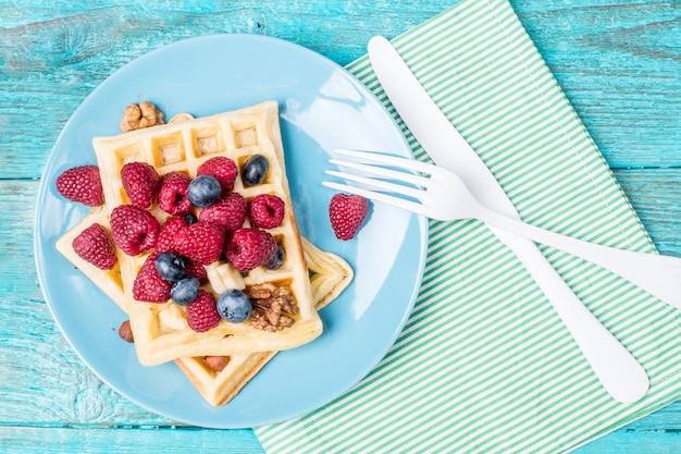 Waffles caseros con frambuesas y arándanos
