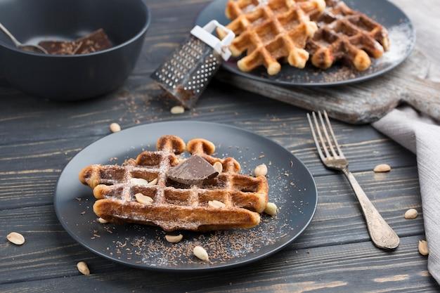 Waffles con chocolate en platos