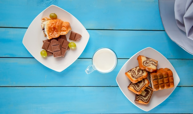 Waffles con crema y almíbar servidos con una taza de té.