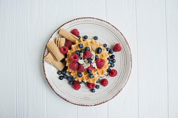 Waffles con fruta fresca para el desayuno. gofres soleados.