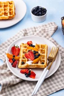 Waffles con frutos rojos y frutas