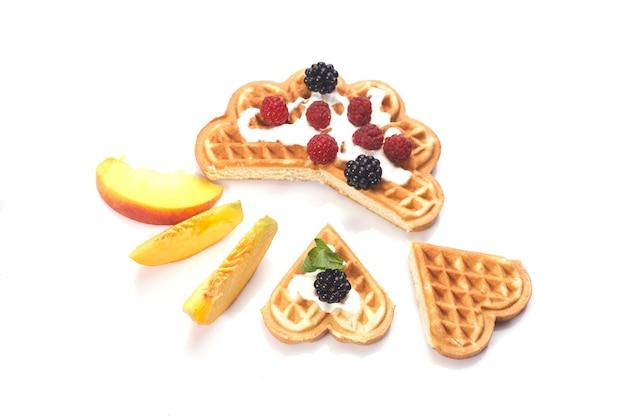 Waffles con frutos rojos y melocotones