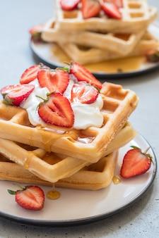 Waffles integrales con fresa y miel