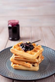 Waffles con mermelada de grosella negra
