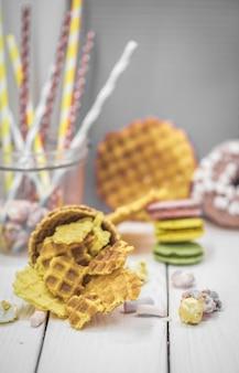 Waffles en una mesa de madera