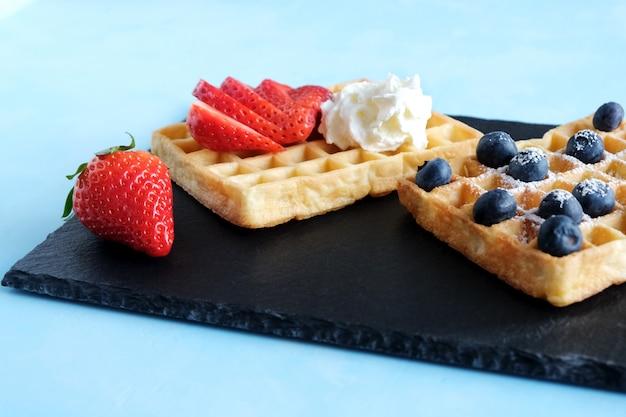 Waffles vienés o belga con fresas y crema batida