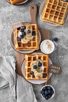 Waffles con vista superior de arreglo de frutas