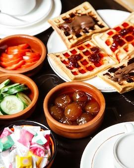 Wafflles con mermelada y cobertura de chocolate