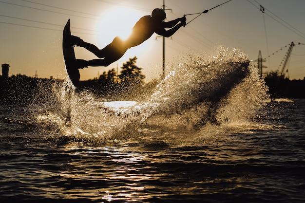 Wakeboard wakeboard saltando al atardecer