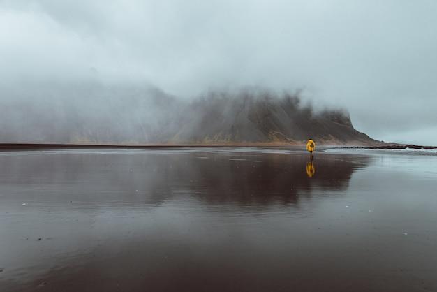Wanderlust explorer descubriendo maravillas naturales islandesas