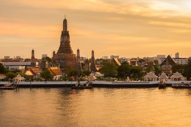 Wat arun lugares religiosos budistas en el crepúsculo, bangkok, tailandia