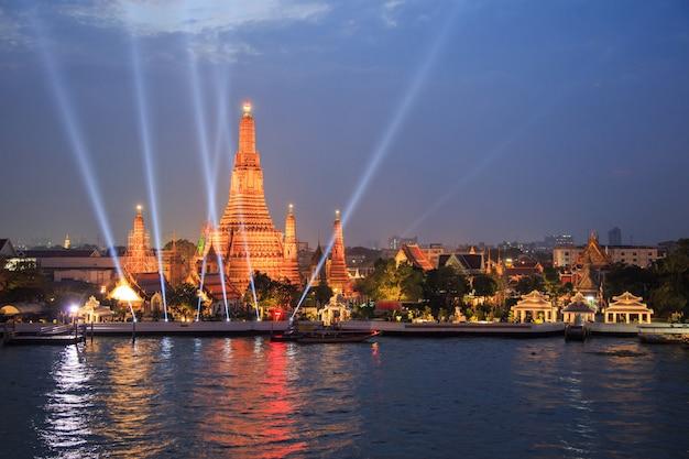 Wat arun y rayo láser muestran bajo celebración de año nuevo en bangkok, tailandia
