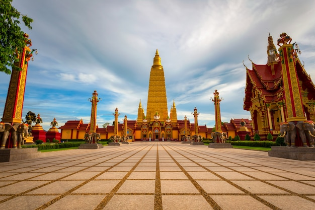 Wat bang thong, hermoso templo en el sur de tailandia en la provincia de krabi.