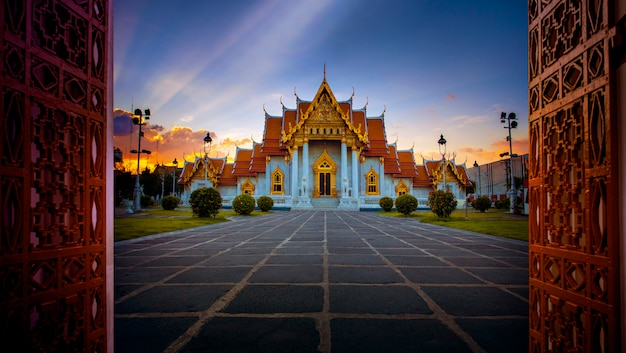 Wat benchamabophit, templo de mármol, uno de los destinos turísticos más populares en bangkok, tailandia