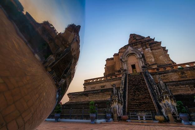 Wat chedi luang es un templo budista en el centro histórico y es un templo budista que es una de las principales atracciones turísticas de chiang mai, tailandia. en el crepúsculo, el cielo azul, las nubes, el fondo del atardecer.