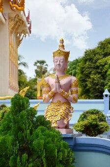 Wat khun aram con estatua budista.