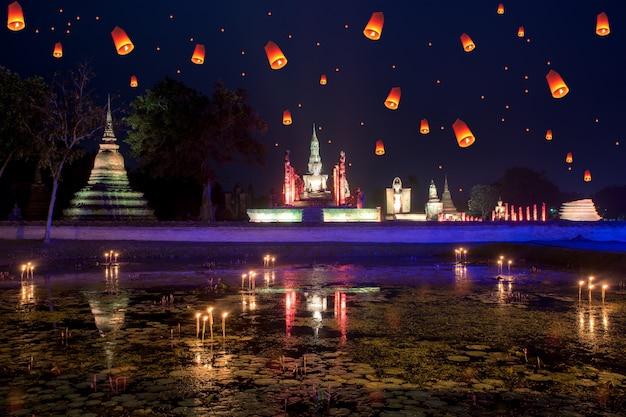 Wat mahathat en el parque histórico de sukhothai con la linterna en el día loy krathong en sukhothai, tailandia.