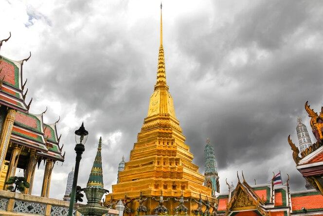 Wat phra kaew, templo del buda esmeralda con cielo nublado en bangkok