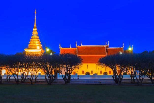 Wat phra that chang kham en el momento del crepúsculo, provincia de nan, tailandia