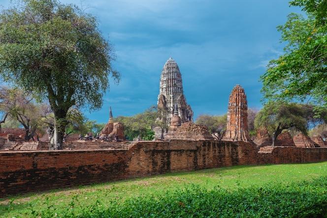 Wat ratcha burana en el parque histórico de ayutthaya, tailandia