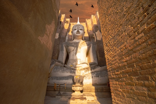 Wat si chum es un sitio histórico del templo en el parque histórico de sukhothai, provincia de sukhothai, tailandia