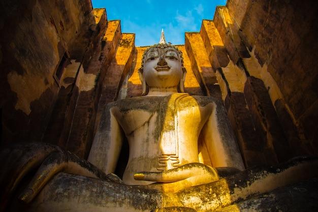 Wat si chum en el parque histórico de sukhothai es una estatua grande del sitio histórico de buda phra achana sukhothai en asia tailandia.